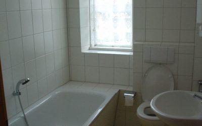 Een van de 2 badkamers met ligbad